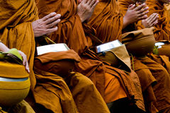 Thailändska buddismmonks ber Royaltyfri Foto