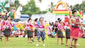 Thailändska damer som utför thailändsk dans i raketfestival Arkivbilder