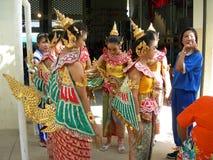 Thailändska dansare som förbereder sig för show royaltyfri bild