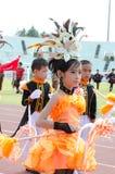 Thailändska deltagare i traditionell klänning under ståtar Arkivfoto
