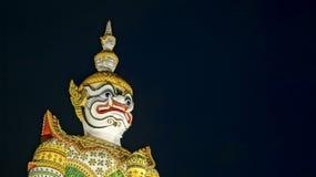 Thailändska Dharma Protector i Bangkok på natten Royaltyfri Fotografi