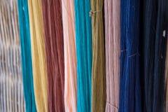 Thailändska färgade naturliga för siden- garn, förbereder sig för fabricering Royaltyfri Fotografi