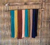 Thailändska färgade naturliga för siden- garn, förbereder sig för fabricering Royaltyfri Bild