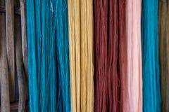Thailändska färgade naturliga för siden- garn, förbereder sig för fabricering Arkivbilder