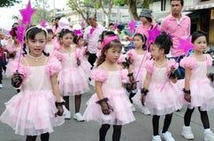 Thailändska flickor i traditionell klänning under in en ståta Royaltyfria Bilder