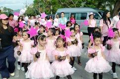 Thailändska flickor i traditionell klänning under in en ståta Royaltyfri Fotografi