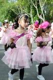 Thailändska flickor i traditionell klänning under in en ståta Fotografering för Bildbyråer