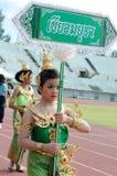 Thailändska flickor i traditionell klänning under in en ståta Royaltyfri Foto