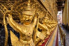 Thailändska forntida fågelskulpturer i storslagen slott Garuda statyer på Wat Phra Kaew royaltyfri fotografi