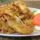 Thailändska Fried Fish Recipe Southern Thai utformar djupa Fried Fish med ny gurkmeja arkivfoto