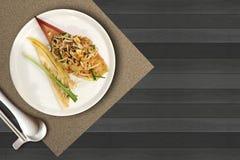 Thailändska Fried Noodle med räkan är berömda thailändska det THAILÄNDSKA matnamnBLOCKET Arkivbilder