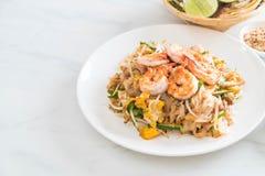 """Thailändska Fried Noodles \ """"block som är thailändskt \"""" med räkor Royaltyfri Foto"""