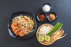 """Thailändska Fried Noodles \ """"block som är thailändskt \"""" med räkor Fotografering för Bildbyråer"""