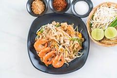 """Thailändska Fried Noodles \ """"block som är thailändskt \"""" med räkor Arkivbild"""