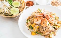 """Thailändska Fried Noodles \ """"block som är thailändskt \"""" med räkor Royaltyfri Bild"""