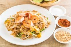 """Thailändska Fried Noodles \ """"block som är thailändskt \"""" med räkor Royaltyfri Fotografi"""