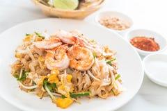 """Thailändska Fried Noodles \ """"block som är thailändskt \"""" med räkor Arkivbilder"""