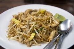 Thailändska Fried Noodles, vadderar thailändskt, med höna och grönsaker royaltyfria foton