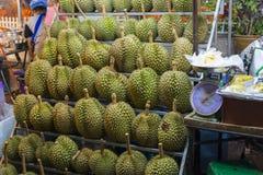 Thailändska frukter - durians på hyllorna bangkok chinatown Arkivfoto