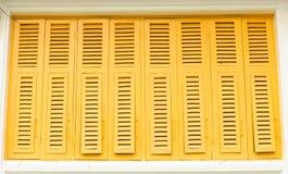 Thailändska gammala utformar klassikerfönstret i guling färgar Royaltyfria Foton