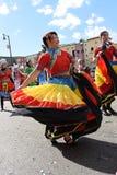 Thailändska gemenskapdansare i färgrika dräkter på det kinesiska nya året ståtar i Los Angeles royaltyfria bilder