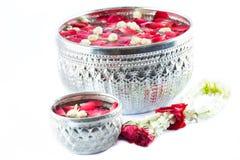 Thailändska girlandblommor och vatten med jasmin och rosblomkronan in Royaltyfri Foto