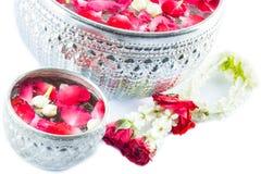 Thailändska girlandblommor och vatten med jasmin och rosblomkronan in Arkivfoto