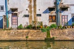 Thailändska hus längs Khlong Rob Krung Canal i Bangkok Arkivfoto