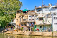 Thailändska hus längs Khlong Rob Krung Canal i Bangkok Royaltyfri Fotografi