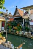 Thailändska hus längs Khlong Rob Krung Canal i Bangkok Royaltyfri Bild