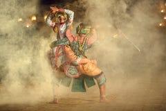 Thailändska Khon den slåss Hanumanen med kumarakorn i Ramayanaen s royaltyfri foto