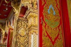 Thailändska konstfönster i tempel Arkivfoton