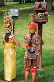 Thailändska kvinnor i färgrika traditionella thailändska dräkter under att be Royaltyfria Foton
