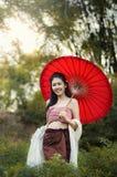 Thailändska kvinnor i nationell dräkt arkivfoton