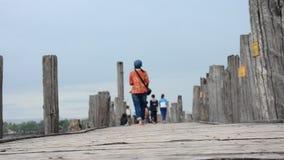 Thailändska kvinnor och burmese reser och gå på bron för U Bein i Amarapura, Myanmar lager videofilmer
