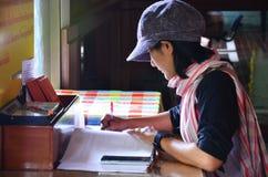 Thailändska kvinnor skriver minne på boken Royaltyfri Foto
