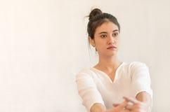 Thailändska kvinnor sträcker för thailändsk massage Fotografering för Bildbyråer