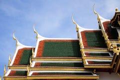 Thailändska kyrkliga taktegelplattor. Taklägga. Royaltyfri Bild