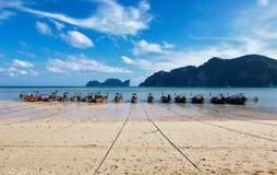 Thailändska lång-svans fartyg som väntar den nästa dagen royaltyfria foton
