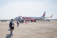 Thailändska Lion Air Plane som landas på den Suratthani flygplatsen Royaltyfri Fotografi