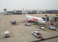 Thailändska Lion Air Plane som landas på Don Mueang International Airport Arkivbild