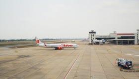 Thailändska Lion Air Plane som landas på Don Mueang International Airport Royaltyfria Bilder