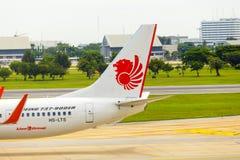 Thailändska Lion Air Tail Section Taxiing Don Muang Royaltyfria Bilder