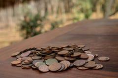 Thailändska lotter för satang för badmynt 25 på trätabellen med suddig bakgrund, pengar av det Thailand, investering- och bespari royaltyfri fotografi