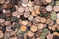 Thailändska lotter för satang för badmynt 25 på trätabellen med suddig bakgrund, pengar av det Thailand, investering- och bespari arkivfoto