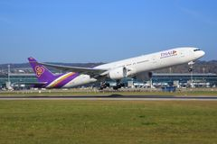 Thailändska luftlinjer Boeing 777 Fotografering för Bildbyråer
