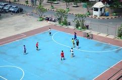 Thailändska män som spelar fotboll eller fotboll Royaltyfri Foto