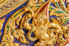 Thailändska modeller som applicerade på till en thailändsk kunglig pråm Arkivfoto