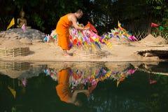 Thailändska munkar i den Pantao templet Arkivfoto
