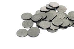 Thailändska mynt badar på vit bakgrundssuddighet royaltyfri bild